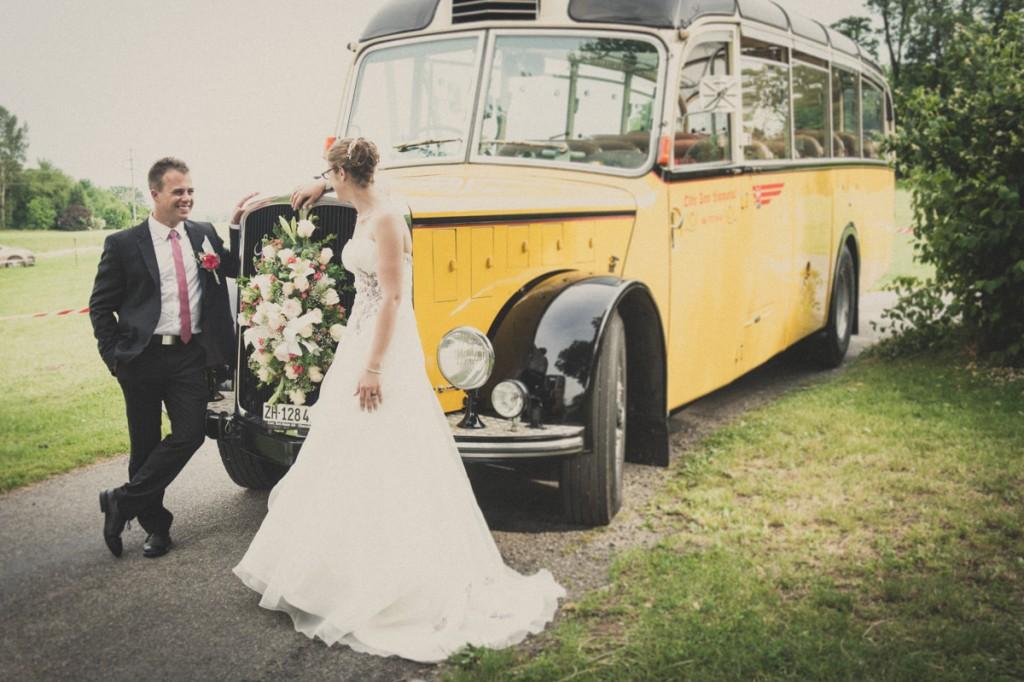 Brautpaar vor Postauto