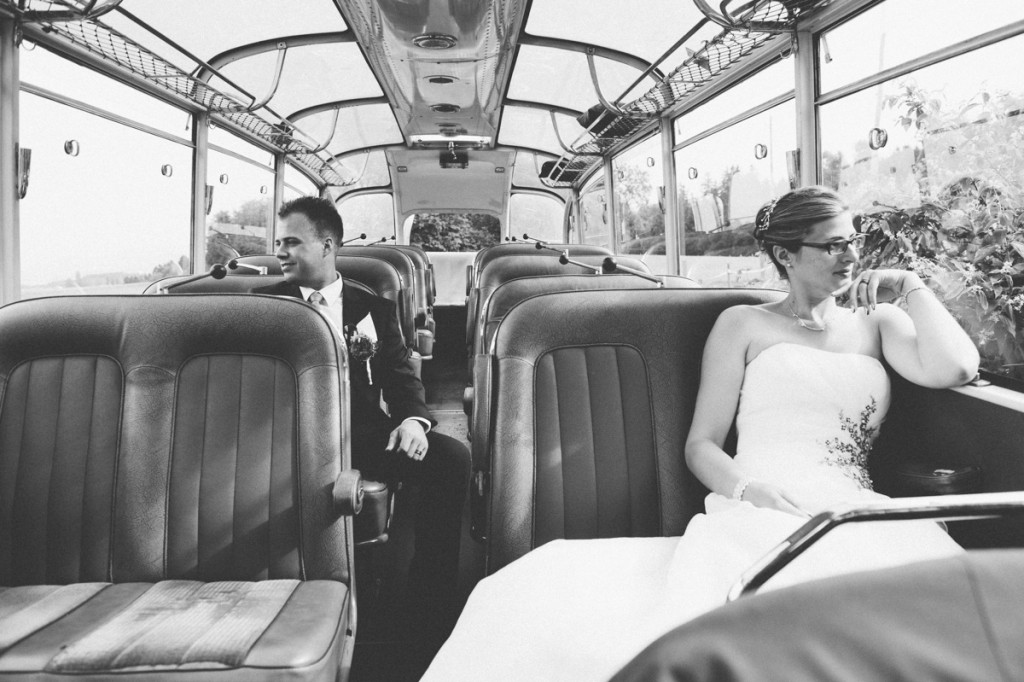 Brautpaar im Postauto