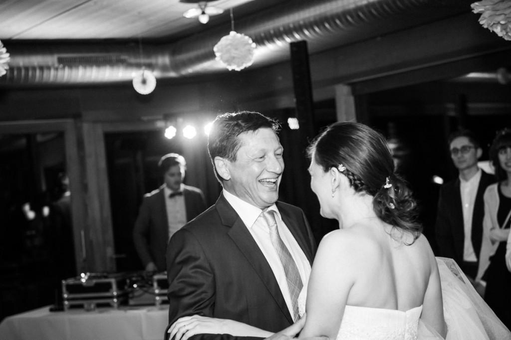Braut tanzt mit Vater bei Hochzeit