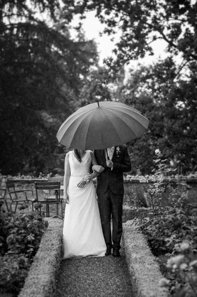 Foto Hochzeit Regenschirm Schloss Heidegg
