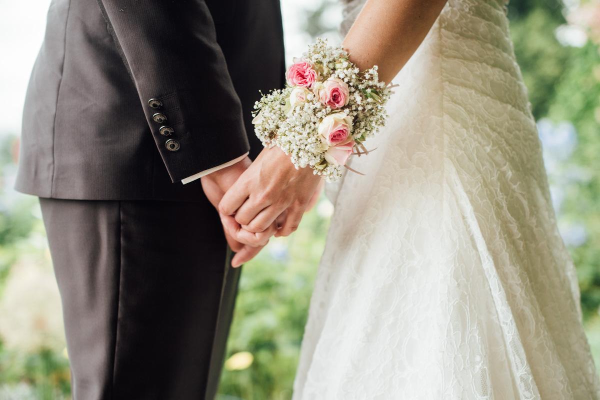Blumenstrauss am Handgelenk Hochzeit