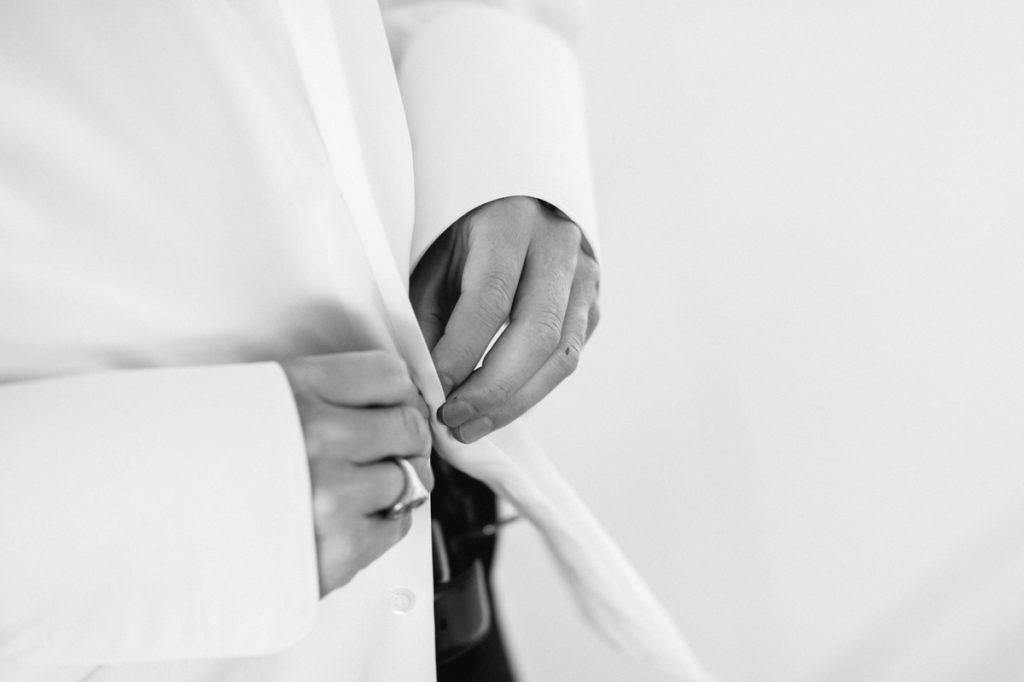 Getting Ready Bräutigam bei Hochzeit