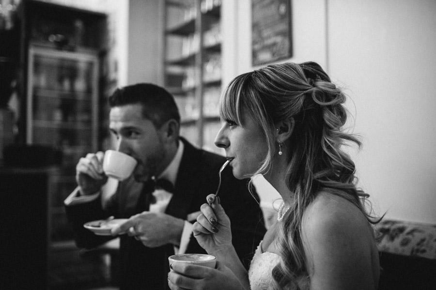 Braut und Bräutigam im Cafe