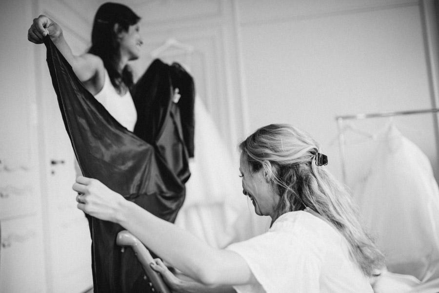Freunde helfen bei Hochzeit
