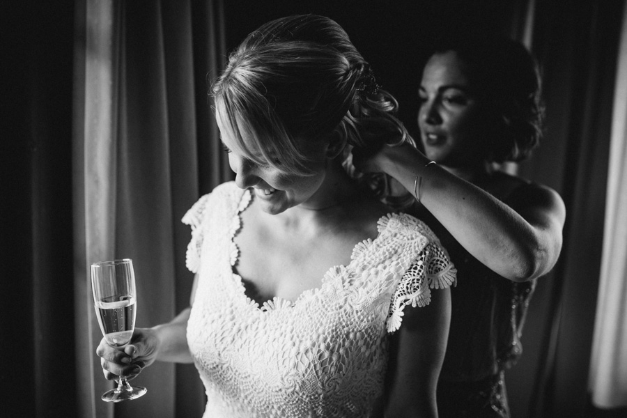 Schwester der Braut legt Schmuck an