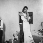 Umarmung Braut und Bräutigam