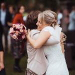 Hochzeitsgäste gratulieren Brautpaar