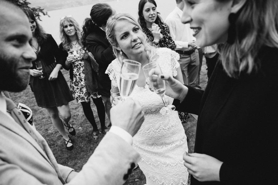 Braut mit Hochzeitsgästen