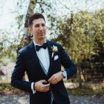 Bräutigam wartet auf Gäste