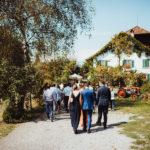Gäste kommen zur Hochzeit