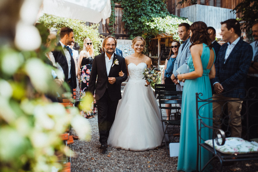 Brautvater bringt Braut zum Altar