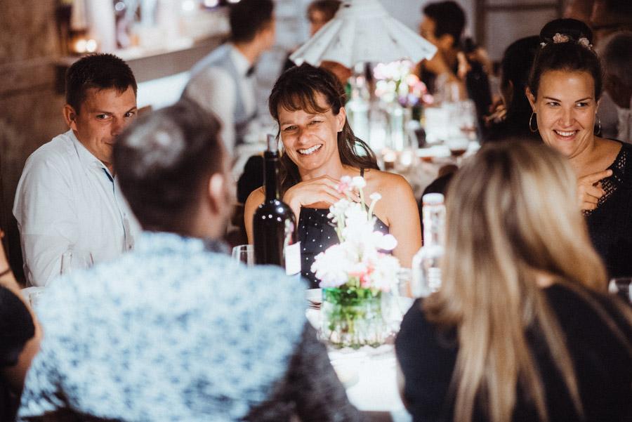 Gäste bei Hochzeit haben Spass