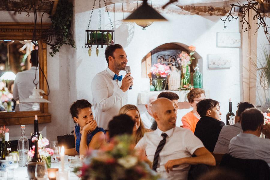 Gäste erzählen Geschichten über Hochzeitspaar