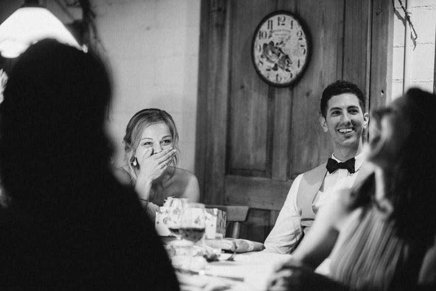 Braut kann sich das Lachen nicht verkneifen