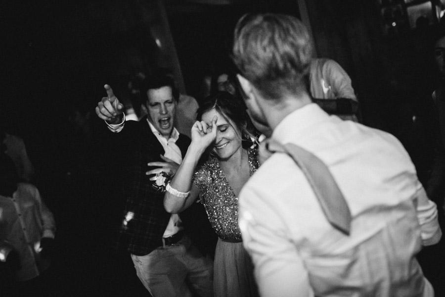 Gäste feiern bei Hochzeit