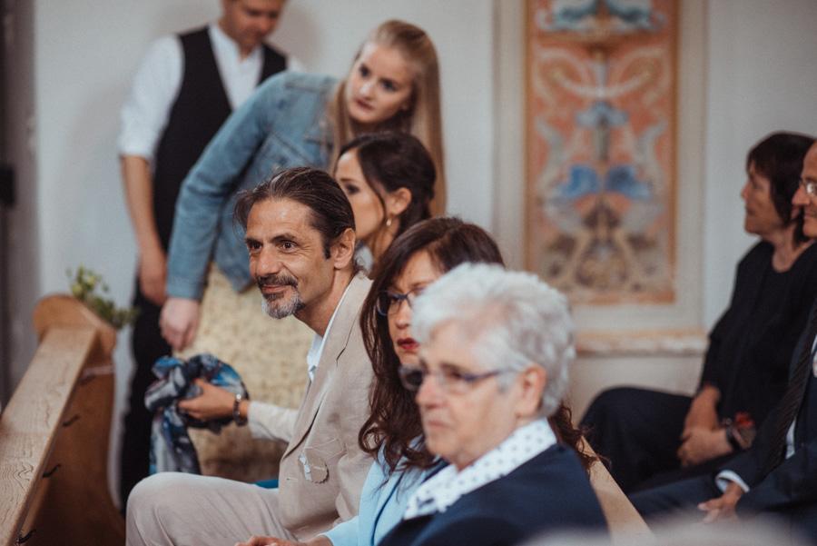 Hochzeitsgäste bei Trauung