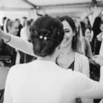 Fröhliche Gäste bei Hochzeit Fotograf