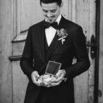 Bräutigam mit Ringen Fotograf Hochzeit