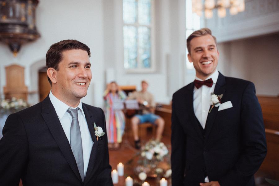 Bräutigam wartet mit Trauzeugen in Kirche