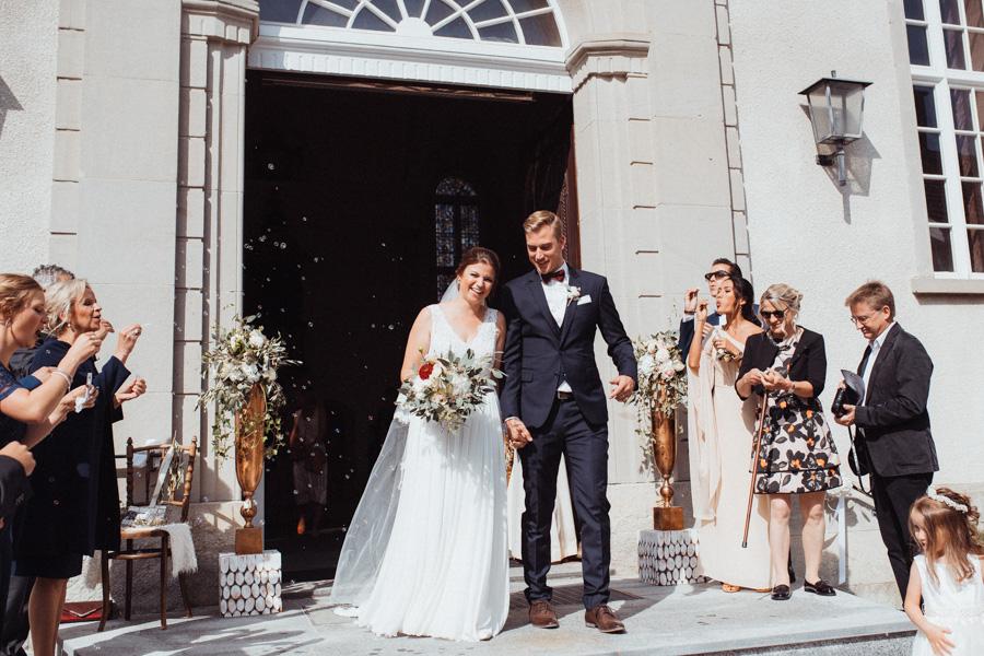 Auszug des Brautpaars nach Trauung Kirche