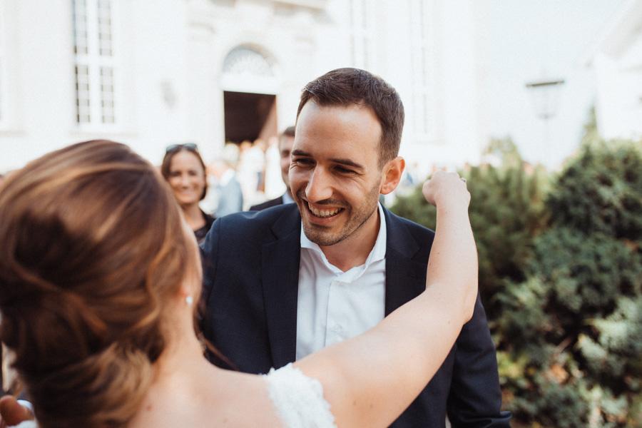 Gäste gratulieren Brautpaar