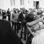 Brautmutter gratuliert Braut